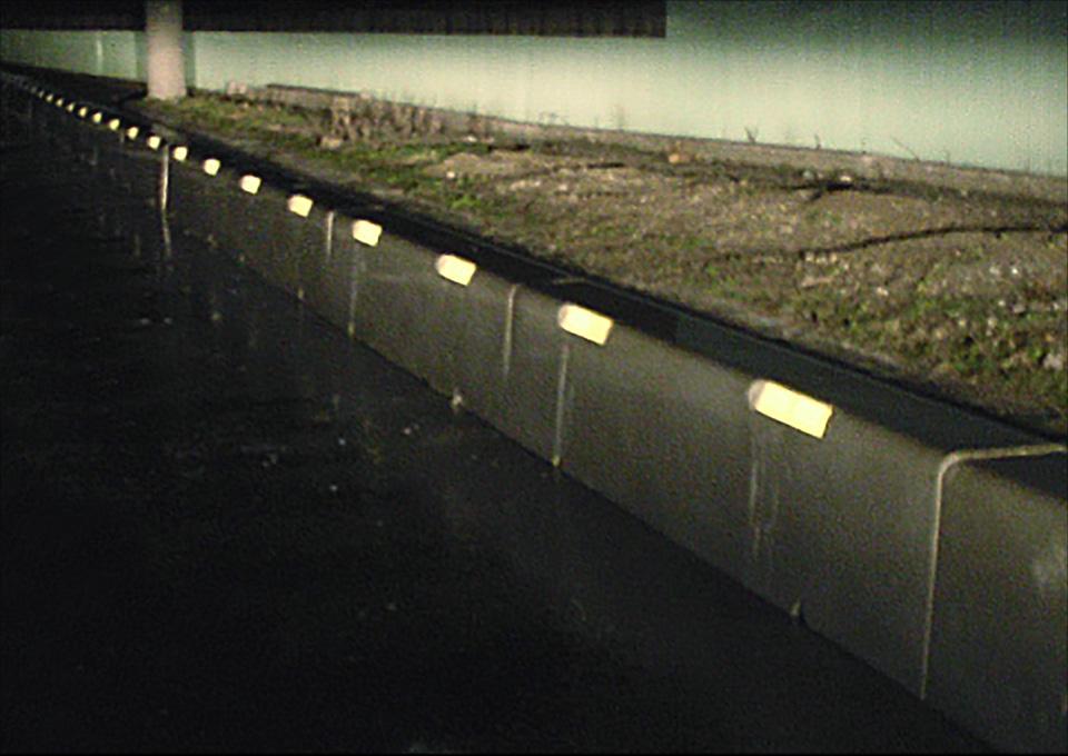 フラッシュサイン 道路の縁石 夜間