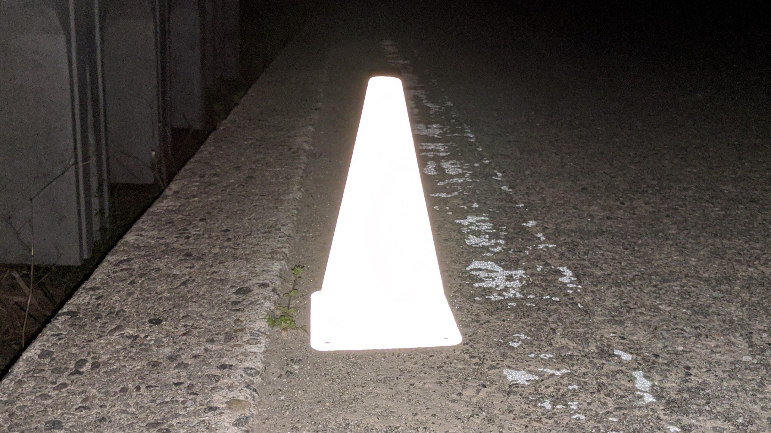 夜間にフラッシュ撮影した写真。<br /> 受託塗装加工をしたカラーコーンの全面が反射しています。<br /> <br />